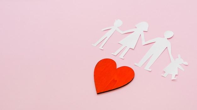 Composición creativa para el concepto de familia sobre fondo rosa