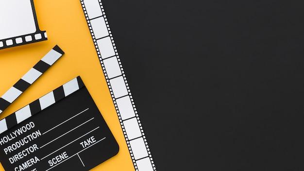Composición creativa de elementos cinematográficos con espacio de copia.