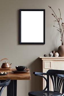 Composición creativa del interior del comedor simulacro de marco de póster mesa de madera y accesorios