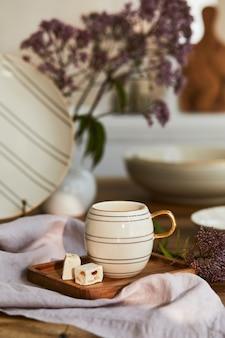 Composición creativa del interior elegante del comedor con porcelana elegante y hermosos accesorios personales. apartamentos de lujo. belleza en los detalles. plantilla.