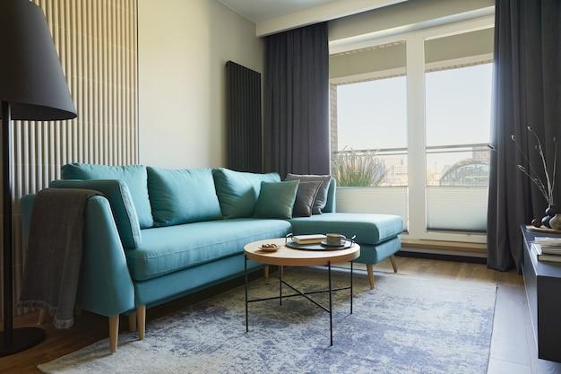 Composición creativa del interior de la moderna sala de estar en un apartamento pequeño. sofá de eucalipto, mesa de centro y accesorios personales. ventanas con vista a la gran ciudad. plantilla.