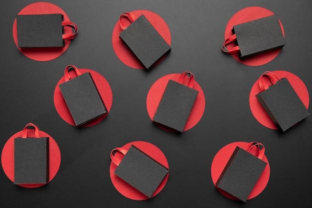 Composición creativa de viernes negro con bolsas de la compra.