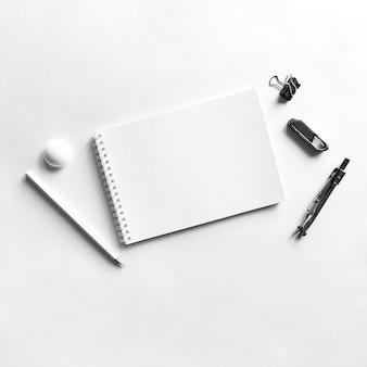 Composición del cuaderno papel lápiz clip brújula e imán