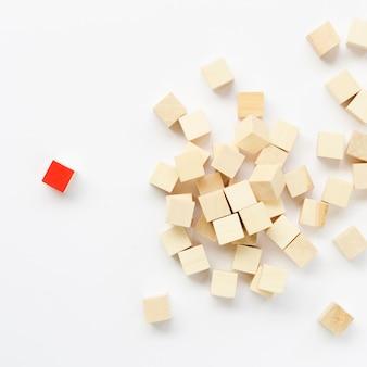 Composición de cubos de madera sobre fondo blanco.