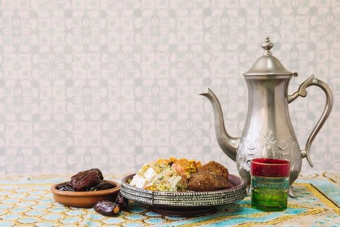 Composición de comida araba para ramadán con té