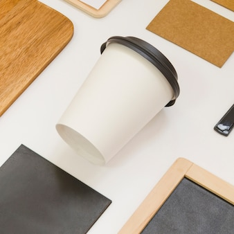 Composición de comida para llevar con café