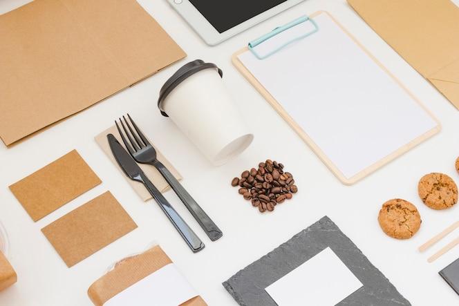 Composición de comida para llevar con portapapeles