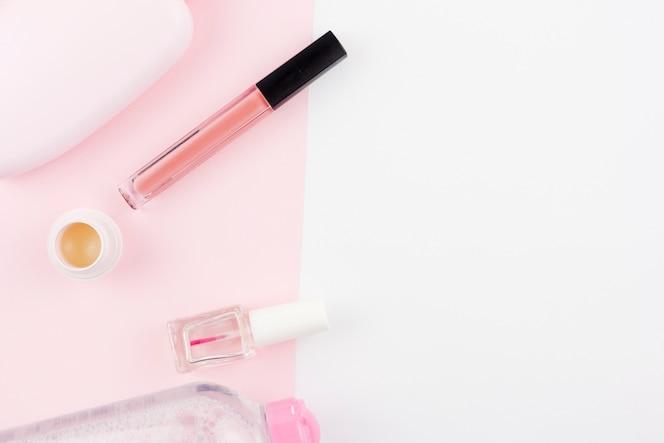Composición de cosméticos en colores rosa
