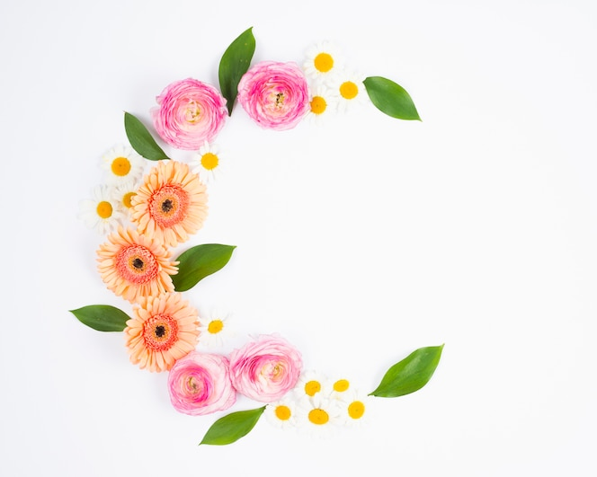 Composición de flores brillantes en forma de media luna