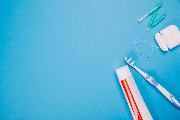 Composición de higiene con espacio a la izquierda