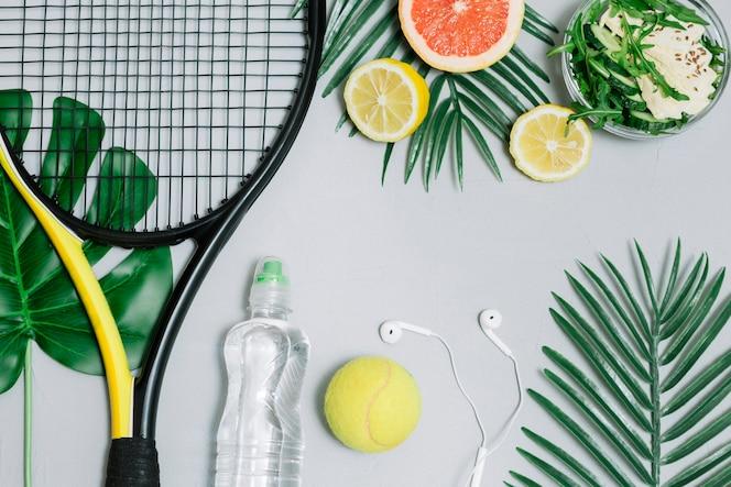 Composición de la raqueta de tenis y comida sana