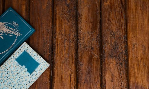 Composición de libros con fondo de madera