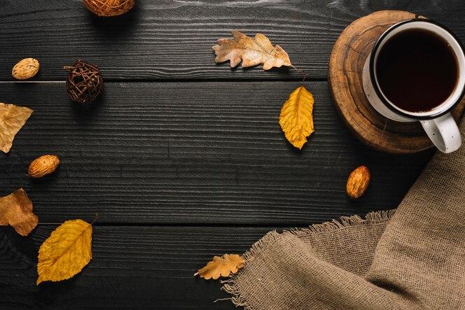 Composición de símbolos de bebida y otoño