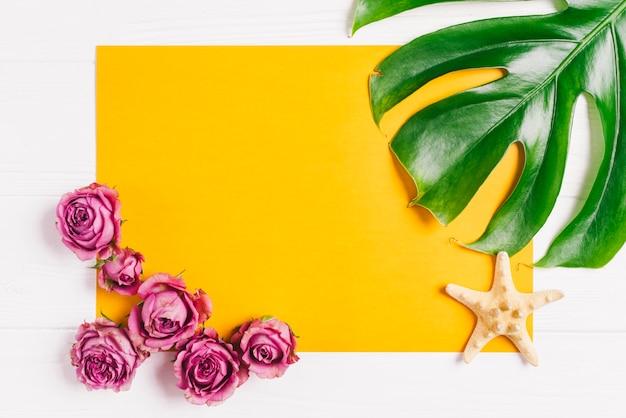 Composición de verano con hoja y flores