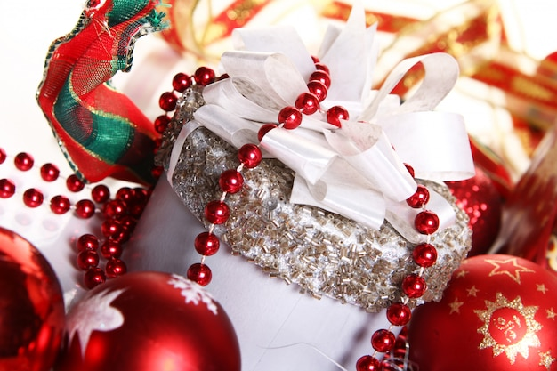 Composición de decoración navideña y caja de regalo.