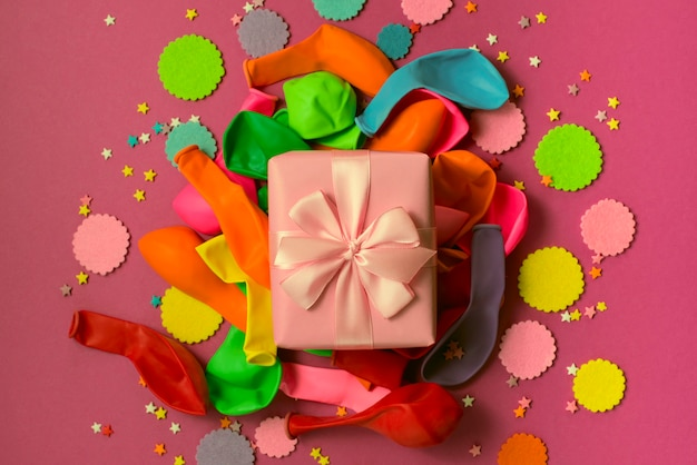 Composición decorativa conjunto de materiales y regalo para el diseño de la fiesta.