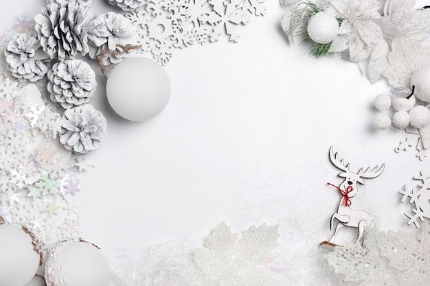 Composición decorativa de navidad de juguetes sobre un fondo blanco de mesa. vista superior. lay flat