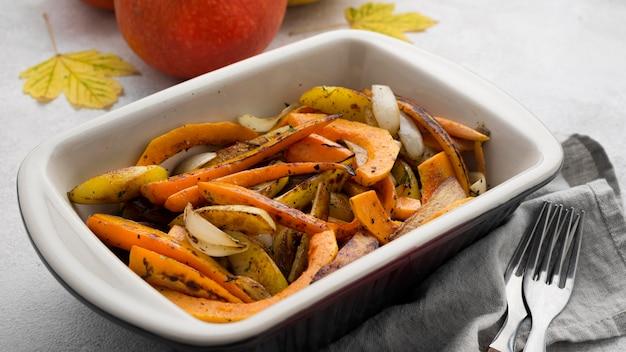 Composición deliciosa comida de otoño sobre fondo blanco