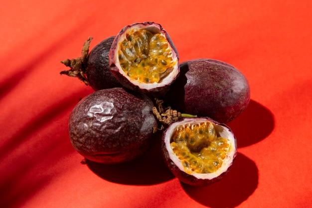 Composición de deliciosa fruta de la pasión exótica