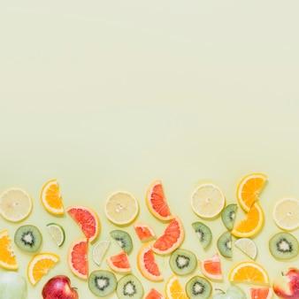 Composición deliciosa de frutas cortadas