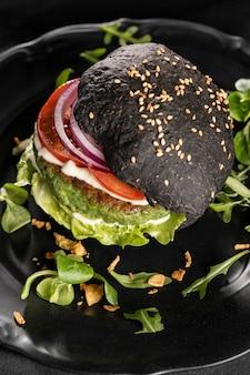 Composición de deliciosa hamburguesa de alto ángulo