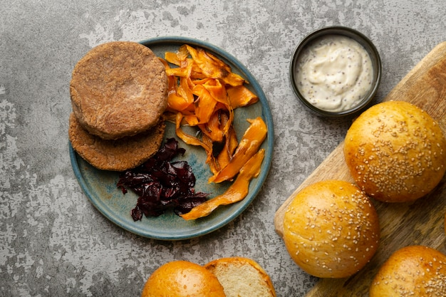 Composición con deliciosa hamburguesa vegana