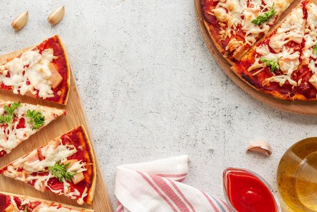 Composición con deliciosa pizza tradicional.