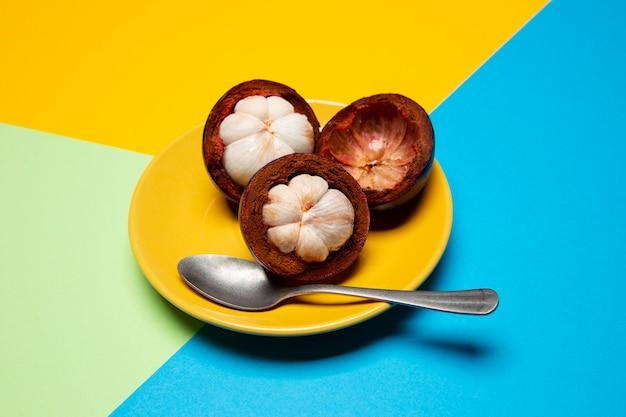 Composición de delicioso mangostán exótico
