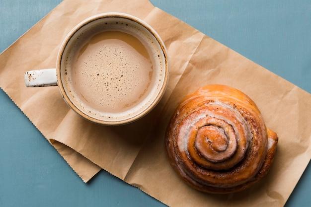 Composición del desayuno con café y pastelería.