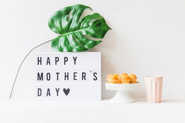Composición de desayuno con hoja para el día de la madre