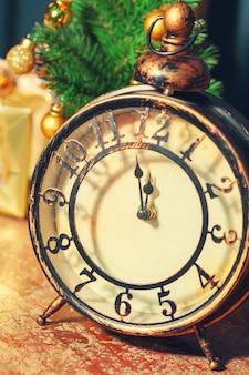 Composición con despertador retro y decoración navideña.