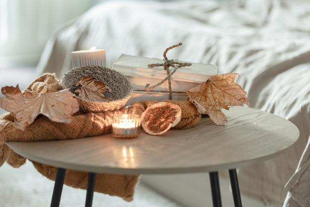 Composición con detalles de decoración otoñal sobre la mesa en el interior de la habitación.