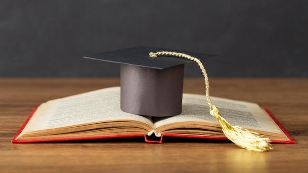 Composición del día de la educación con gorro de graduación.