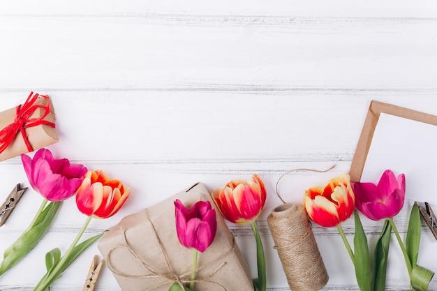 Composición del día de la madre. regalos y tulipanes rosas con copia espacio.