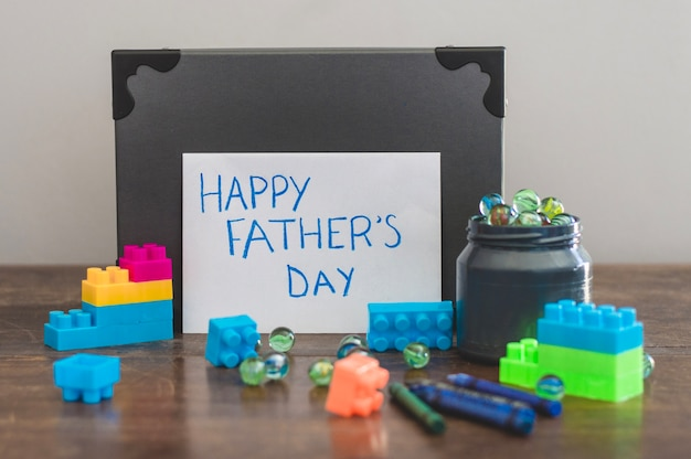 Composición para el día del padre con ladrillos de juguete