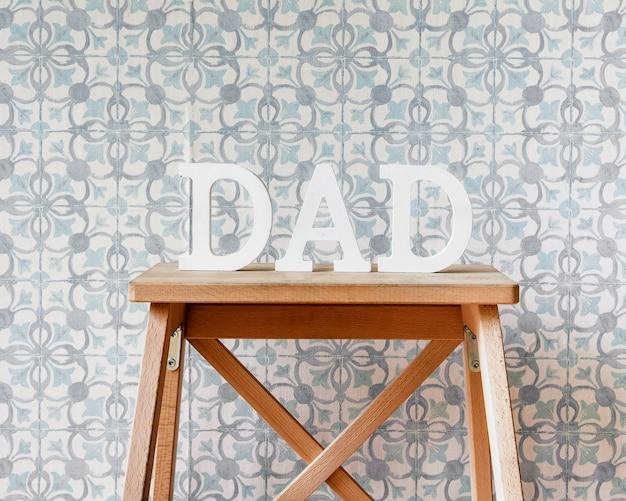Composición para el día del padre con mueble de madera