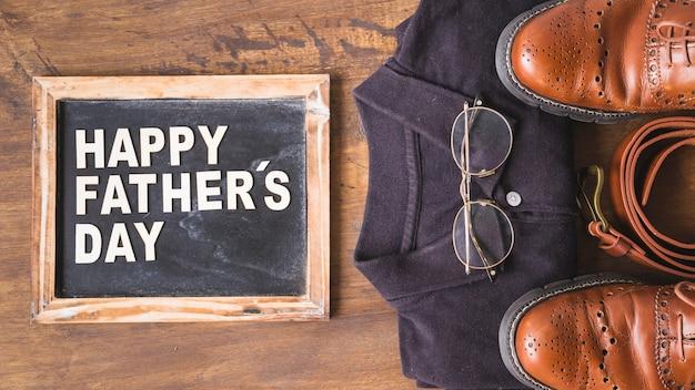 Composición para el día del padre con pizarra y ropa