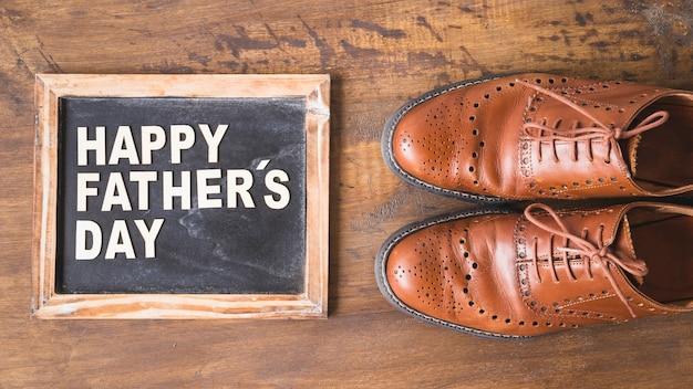 Composición para el día del padre con pizarra y zapatos
