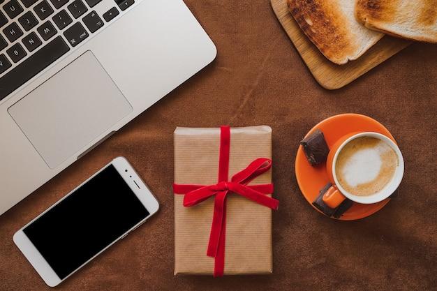 Composición del día del padre con regalo y teléfono móvil