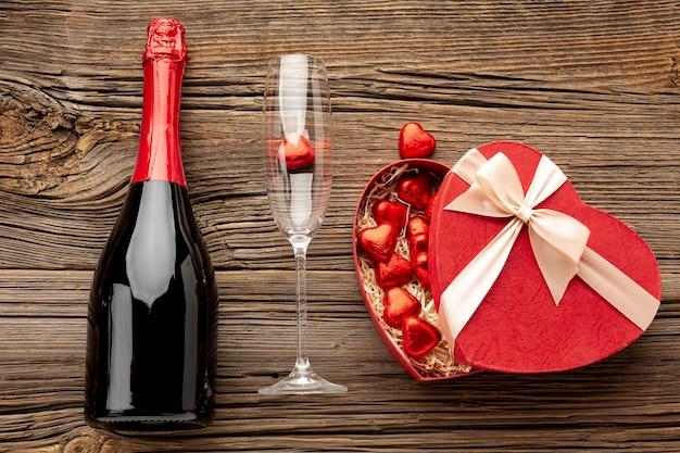 Composición del día de san valentín con caja de dulces en forma de corazón