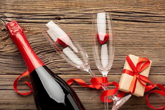 Composición del día de san valentín con champagne glasse