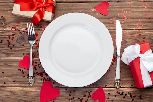 Composición del día de san valentín en mesa de madera