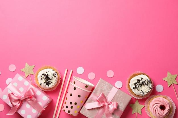Composición con diferentes accesorios de cumpleaños sobre fondo rosa, espacio para texto