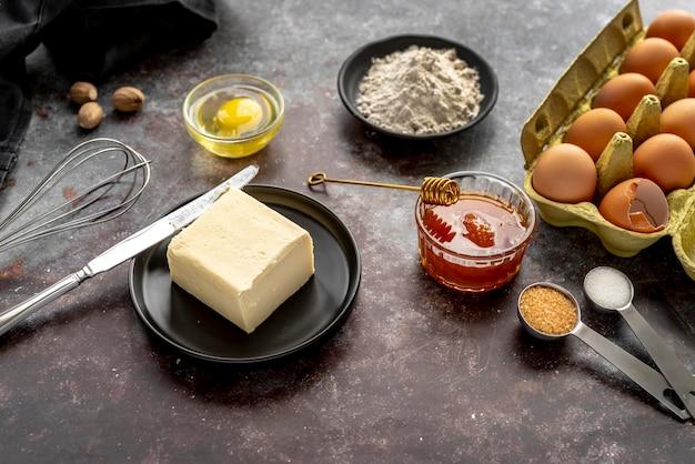 Composición de diferentes ingredientes de postre.