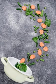 Composición de diferentes ingredientes sobre fondo de cemento