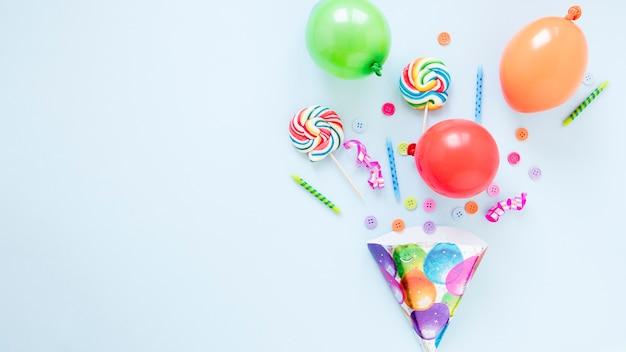 Composición de diferentes objetos de cumpleaños con espacio de copia.