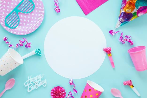 Composición de diferentes objetos de cumpleaños sobre fondo azul.