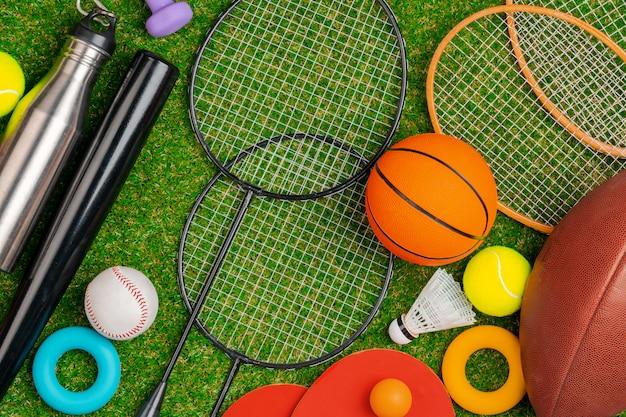 Composición de diversos equipos deportivos para fitness y juegos.