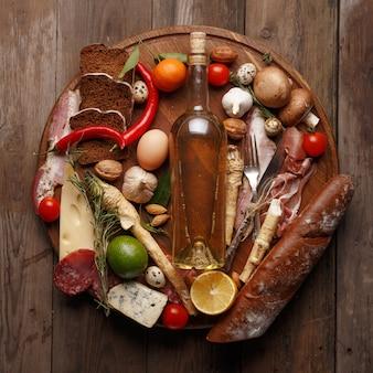 Composición de diversos productos alimenticios en una mesa de madera. vista superior.