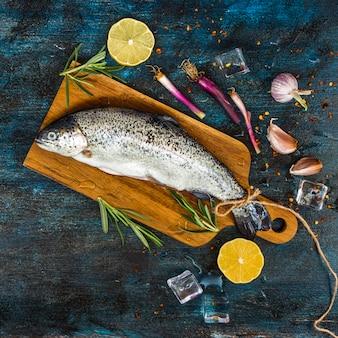 Composición elegante de comida sana con pescado